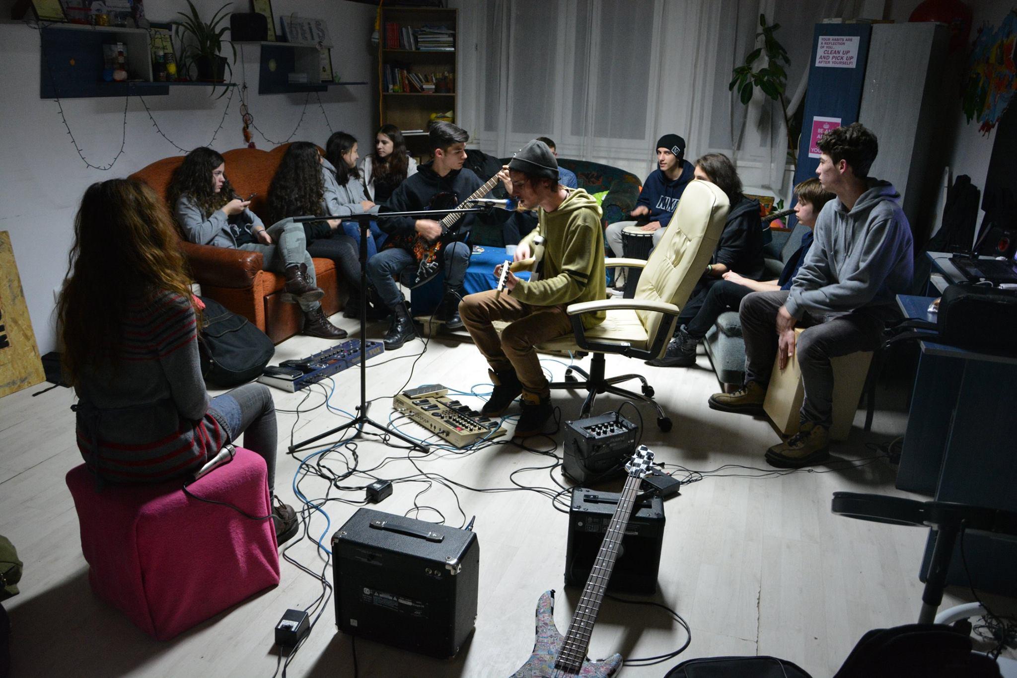 Jocuri, muzică și karaoke la Centrul de Tineret Baia Mare